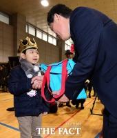 [TF사진관] 초등학교 입학, '낯설지만 설레는 마음으로~'
