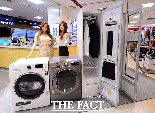 5일 서울 성동구 이마트 성수점에서 모델들이 구김, 냄새 및 미세먼지 제거와 살균, 건조가 가능한 가전제품 스타일러와 건조기를 선보이고 있다. /남용희 기자