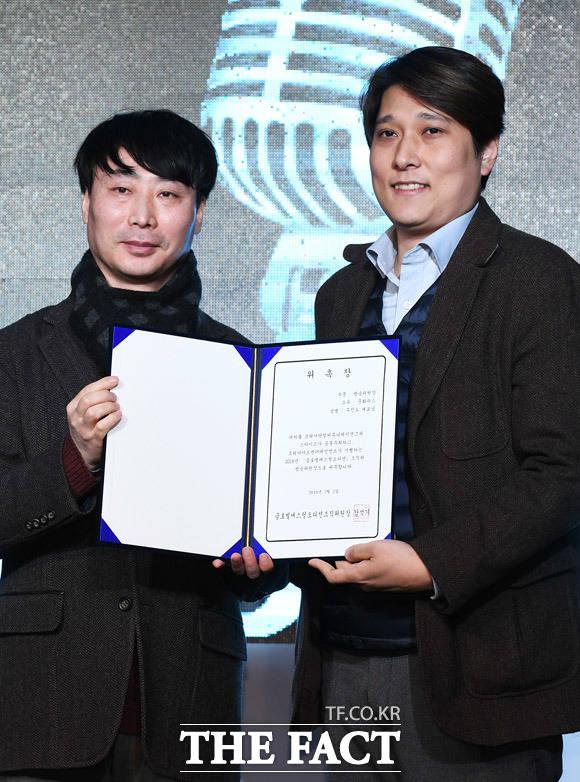 정병진 코리아닷컴 본부장(왼쪽)이 주진노 문화뉴스 대표에게 조직위 방송위원장 위촉장을 전달하고 있다.