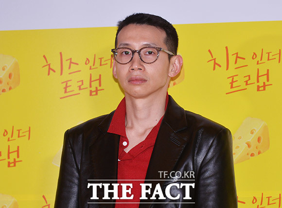 눈에 힘 좀 줬습니다 배우 봉태규가 7일 오후 서울 CGV 용산점에서 열린 영화 치즈인더트랩 VIP시사회에 참석해 포토타임을 갖고 있다. /이동률 인턴기자