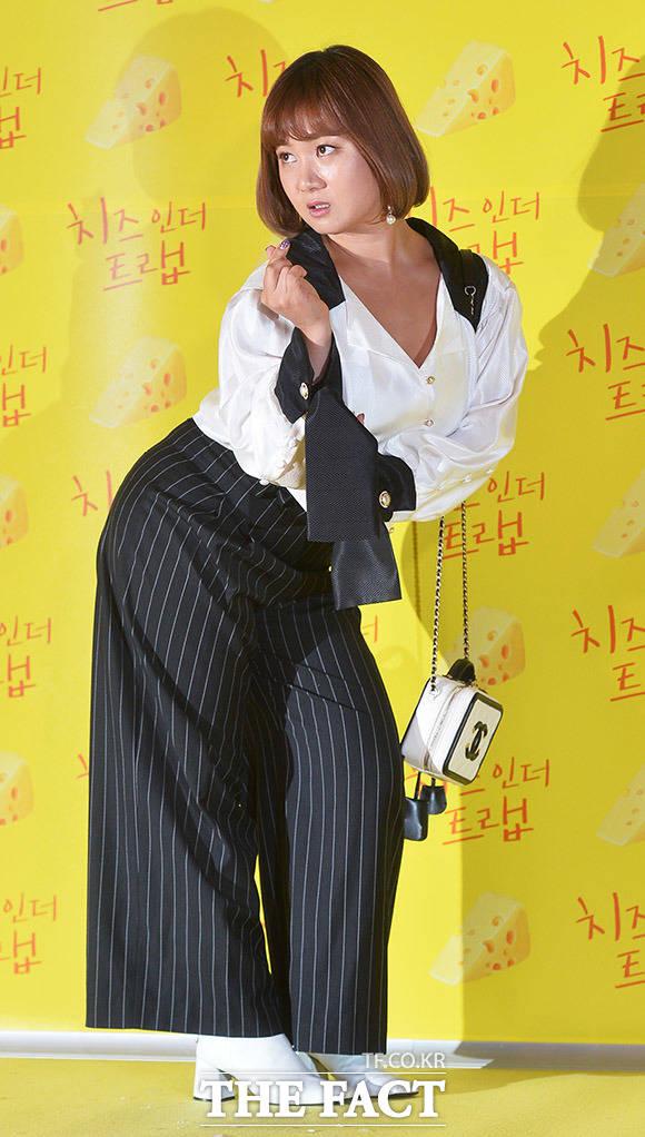 밋밋한 포즈는 재미없죠! 개그우먼 박나래가 7일 오후 서울 CGV 용산점에서 열린 영화 치즈인더트랩 VIP시사회에 참석해 포토타임을 갖고 있다. /이동률 인턴기자