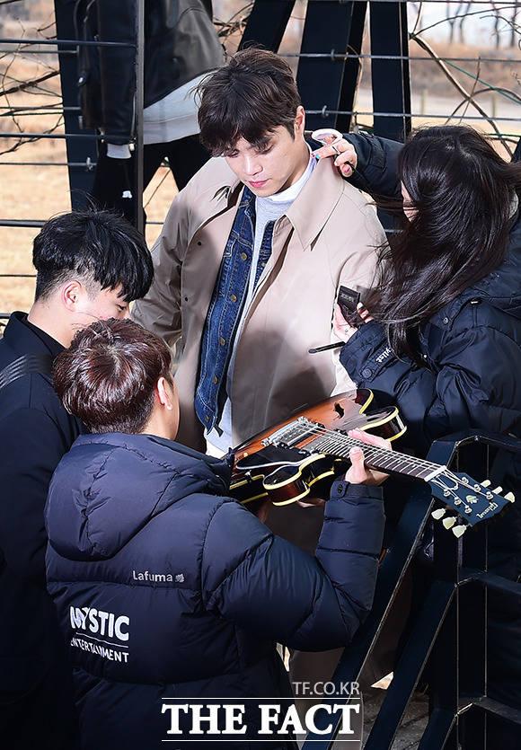 가수 에디킴(가운데)이 8일 오후 서울 마포구 하늘공원에서 싱글앨범 아마 너도 그럴꺼야(타이틀 미정) 뮤직비디오 촬영을 하고 있다. /남용희 기자
