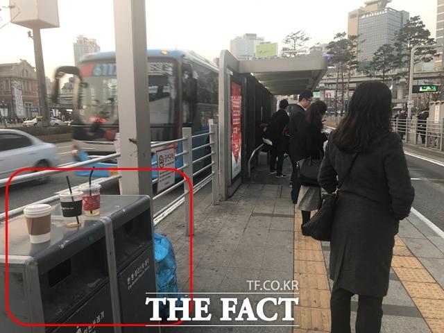 버스 기사들은 음식물을 들고 타는 승객에게 권고 차원의 승차거부를 할 경우, 반입 금지 음식물의 기준이 모호해 마찰이 빚어지가 십상이라고 말한다.  /변지영 기자