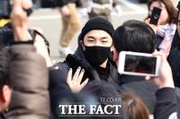 [TF포토] 태양, '팬들의 응원 받으며 군입대'