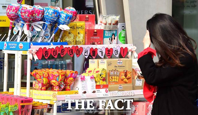 화이트데이를 하루 앞둔 13일 오후 서울 종로구 혜화동 대학로 일대에서 한 시민이 사탕제품을 살펴보고 있다. /임세준 기자
