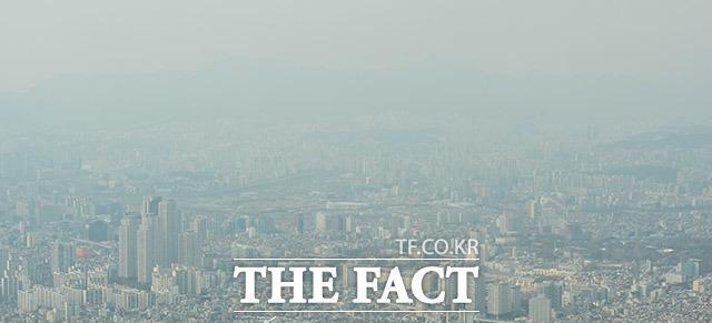 '미세먼지에 갇힌 도심' 서울, 수도권 등 서쪽 지방 곳곳에서 미세먼지와 농도가 높게 나타나고 있는 13일 오후 서울 송파구 롯데월드타워 전망대에서 바라본 서울 도심이 미세먼지로 뒤덮여 있다. /이동률 인턴기자