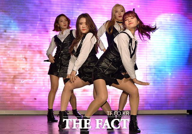 걸그룹 트위티의 신곡 Bad Boy 출시 기념 쇼케이스가 15일 오후 서울 강남구 압구정동 강남관광정보센터 K홀에서 열려 멤버들이 화려한 무대를 펼치고 있다. /김세정 인턴기자