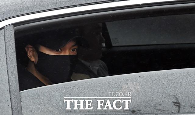 배우 이민호가 15일 오후 충남 논산 육군훈련소로 입대하며 입구에서 기다린 팬들을 향해 손을 흔들고  있다./임영무 기자