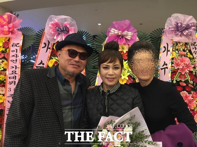 김흥국은 2016년 12월16일(금)과 17일(토) 이틀간 서울 광진구 쉐라톤 그랜드 워커힐 호텔 내 워커힐 시어터에서 펼쳐진 가수 이자연의 데뷔 30주년 디너쇼 게스트로 출연했다. 공연 직후 공연장 입구에서 찍은 기념사진(왼쪽은 김흥국, 가운데 이자연, 오른쪽은 일본팬). /가수 이자연 제공