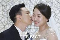 [TF포토] 심재욱, '새신랑의 수줍은 입맞춤'