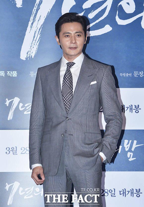 배우 장동건이 21일 오후 서울 CGV 용산점에서 열린 영화 7년의 밤 언론시사회에 참석해 포토타임을 갖고 있다. /이동률 인턴기자