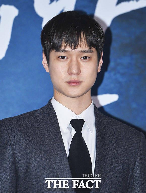 배우 고경표가 21일 오후 서울 CGV 용산점에서 열린 영화 7년의 밤 언론시사회에 참석해 포토타임을 갖고 있다. /이동률 인턴기자