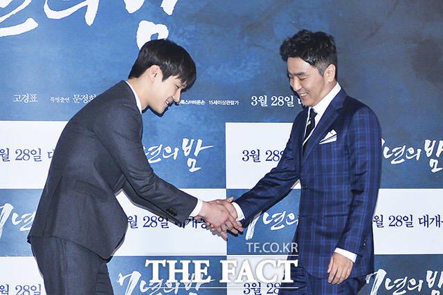 배우 류승룡(오른쪽)과 정겨운 악수~