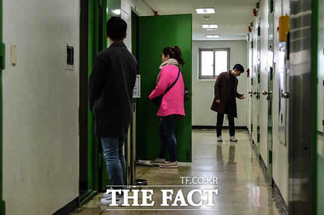 5층 조사실을 둘러보는 시민들.