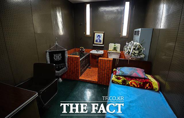 박종철 열사가 고문으로 사망한 조사실은 보존하고 있다.