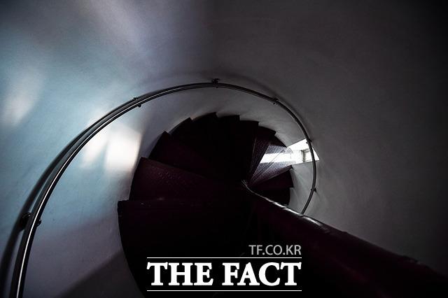 피의자들은 두 눈이 가려져 1층에서 5층으로 연결된 나선형 계단을 통해 방향과 고도감각을 상실한 채 조사실로 끌려갔다.
