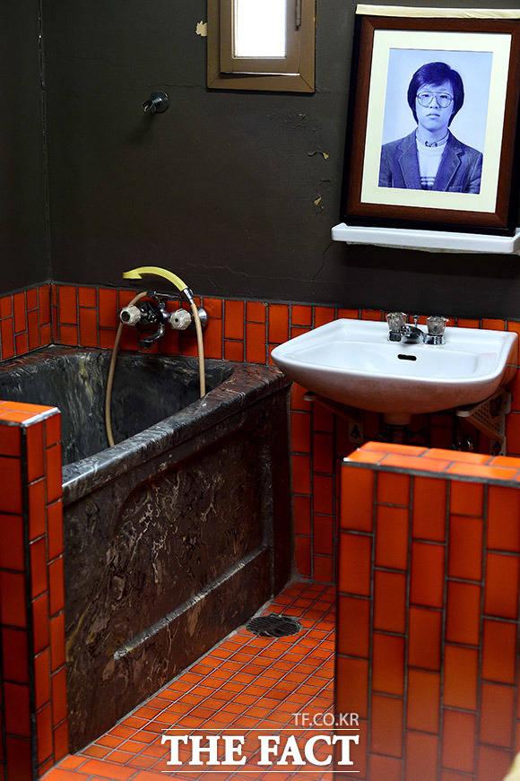 저 좁은 욕실에서 비인권적 물고문으로 박종철 열사는 사망했다.