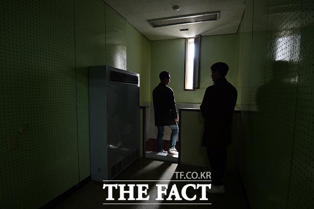 서울 용산구 갈월동에 위치한 경찰청 인권센터 5층 옛 대공분실 조사실을 찾은 시민들이 좁은 창문으로 된 방을 둘러보고 있다. /임세준 기자