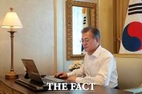 [TF포토] 文 대통령, UAE 순방 중 개헌안 발의 전자결재