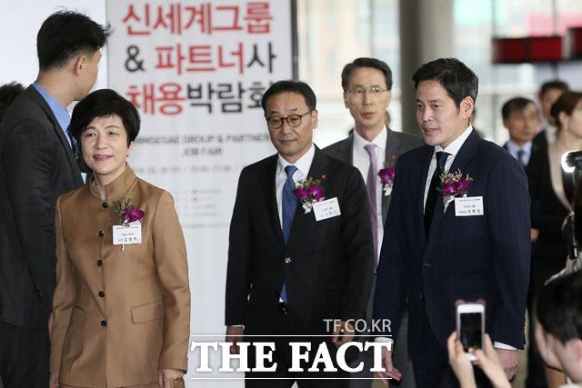 김영주 고용노동부 장관(왼쪽)과 정용진 신세계 부회장(오른쪽)이 신세계그룹 & 파트너사 채용박람회에 참석하고 있다.