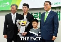 [TF포토] '빙상 꿈나무에게 희망을 전하러 온 임효준'