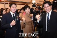 [TF포토] 구직자 격려하는 정용진 부회장과 김영주 장관