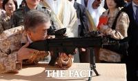 [TF포토] 문 대통령,UAE 아크부대 방문...사격자세