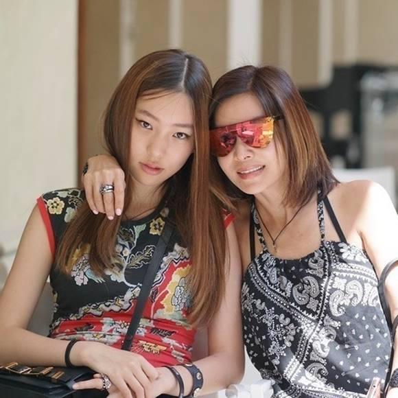 황신혜(오른쪽)의 딸 이진이는 모델로 활약 중이다. 각종 드라마에 출연하며 연기도 병행하고 있다. /황신혜 인스타그램