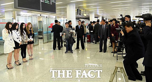 걸그룹 레드벨벳이 북측 취재진의 요구에 기념사진 촬영을 하고 있다.