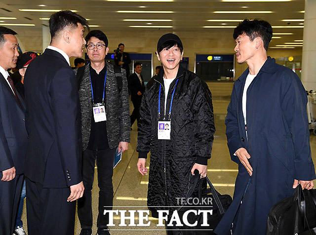 북측 인사들과 환담하고 있는 가수 윤도현. 윤도현은 2002년 동평양대극장에서 열린 MBC 특별 평양공연 때 남한 록밴드로는 처음 북한 무대에 섰다.
