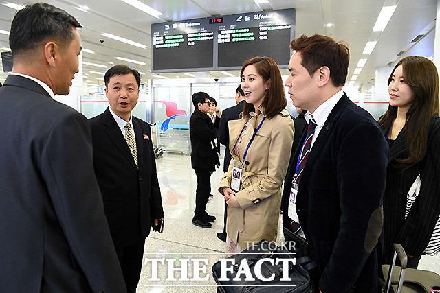 사회를 맡은 소녀시대 서현씨가 환영 나온 북측인사들과 환담하고 있다.