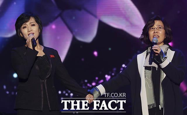 손잡고 노래하는 가수 이선희(오른쪽)와 북한 삼지연관현악단 김옥주
