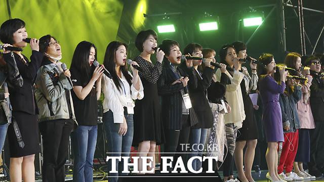 남측 가수들과 북한 삼지연관현악단원들이 3일 평양 류경정주영체육관에서 열린 남북합동공연 리허설에서 함께 노래하고 있다. /평양공연 사진공동취재단
