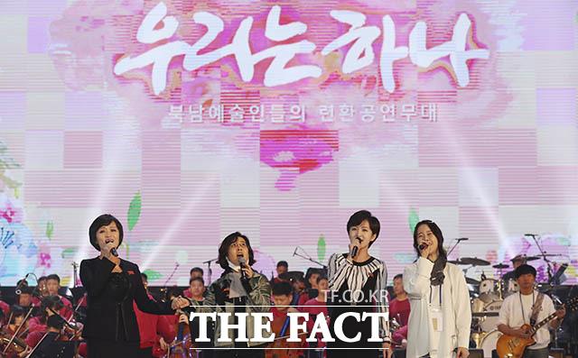 함께 노래하는 삼지연관현악단 단원들과 가수 이선희(왼쪽에서 두 번째), 백지영(오른쪽)