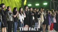 [TF포토] '한무대에 함께 오른 남과 북의 가수들'