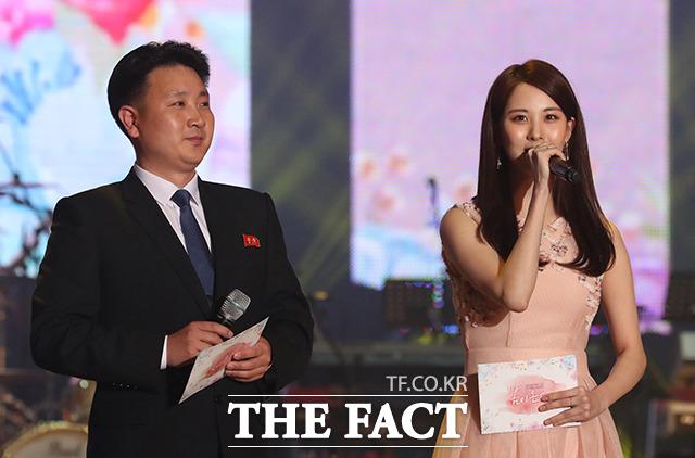사회를 맡은 서현(오른쪽)과 조선중앙TV 방송원 최효성