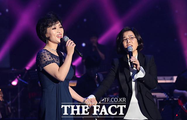 열창하는 이선희(오른쪽)와 북한삼지연관현악단 김옥주