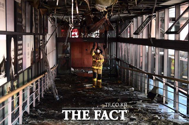 최근 밀양 화재 등 다중이용시설 대형 화재가 이어지는 가운데 초기 화재 진압에 결정적인 역할을 하는 소화기에 대한 정확한 실태조사가 이뤄져야 한다는 지적이 나온다. 사진은 지난 2월 3일 오전 서울 서대문구 연세 세브란스병원 본관에서 발생한 화재 현장. /임세준 기자