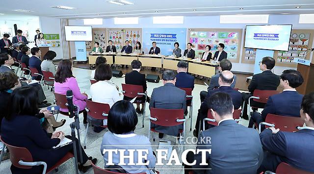 문재인 대통령이 4일 서울 경동초등학교에서 열린 온종일 돌봄 정책간담회를 갖고 있다./ 청와대 제공