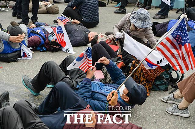 유죄가 선고되자 바닥에 드러누운 박 전 대통령의 지지자들