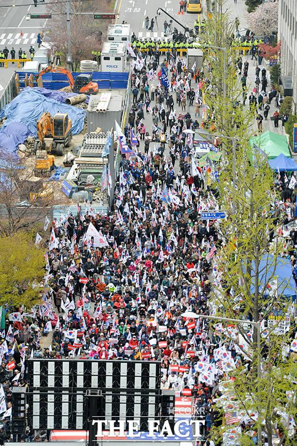 박근혜 전 대통령 국정농단 사건에 대한 1심 선고가 내려진 6일 오후 서울중앙지방법원 앞에서 대한애국당 산하 천만인무죄석방운동본부가 주최하는 제50차 태극기집회가 열리고 있다. /김세정 인턴기자