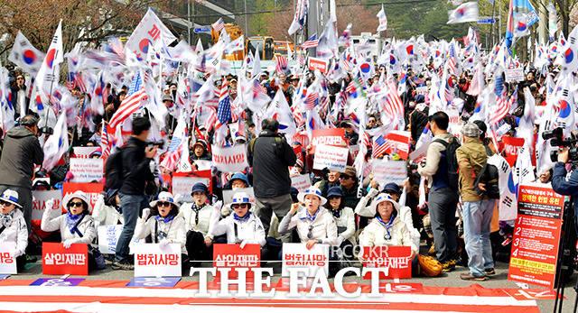 박근혜 전 대통령 국정농단 사건에 대한 1심 선고가 내려지는 6일 오후 서울중앙지방법원 앞에서 제50차 태극기집회가 열리고 있다. /이덕인 기자
