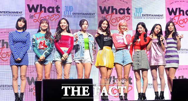 모모, 지효, 나연, 미나, 쯔위, 정연, 다현, 채영, 사나(왼쪽부터)