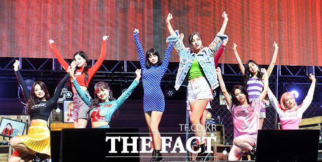 걸그룹 트와이스의 미니 5집 왓 이즈 러브?(What is Love?)의 쇼케이스가 9일 오후 서울 광진구 예스24 라이브홀에서 열린 가운데 트와이스가 화려한 무대를 펼치고 있다. /이동률 인턴기자