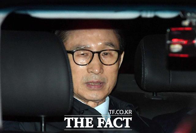 이명박 전 대통령은 9일 검찰의 구속기소에 무술옥사라며 정치보복으로 규정했다. 사진은 지난달 23일 이 전 대통령이 서울 논현동 자택에서 서울동부구치소로 이동하던 당시./남윤호 기자