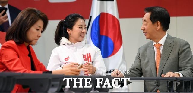 배 전 앵커가 김성태 한국당 원내대표와 밝게 웃으며 대화를 나누고 있는 것과 달리 나 의원은 휴대전화만 바라보고 있다.