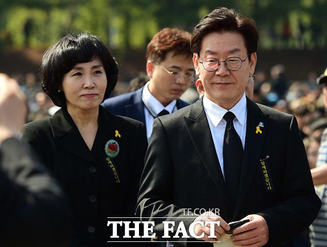 이재명 더불어민주당 경기도지사 예비후보(오른쪽)와 부인 김혜경 씨