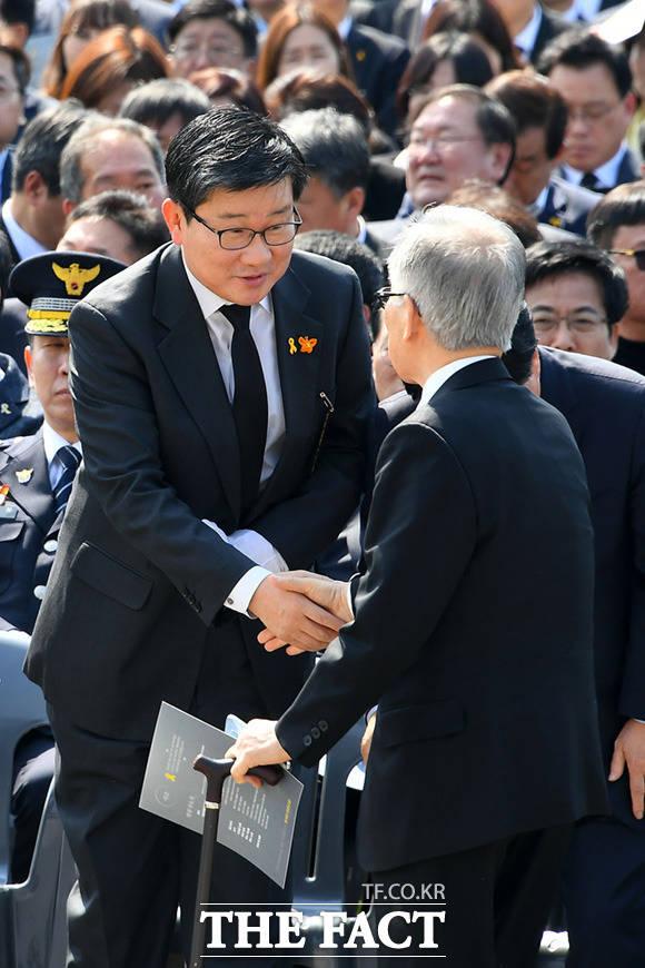 전해철 더불어민주당 경기도지사 예비후보(왼쪽)