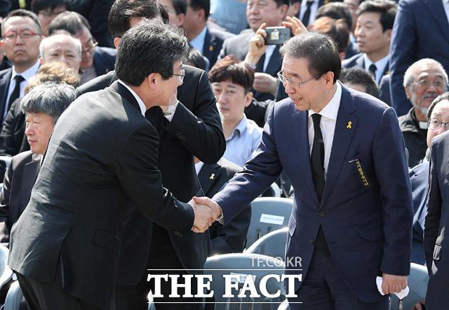 유승민 바른미래당 공동대표(왼쪽)와 박원순 서울시장