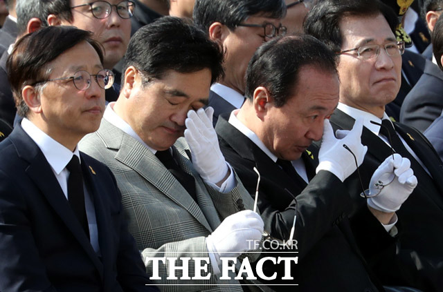 우원식 더불어민주당 원내대표(왼쪽에서 두번째)와 노회찬 정의당 원내대표가 추모영상을 보며 눈물 흘리고 있다.